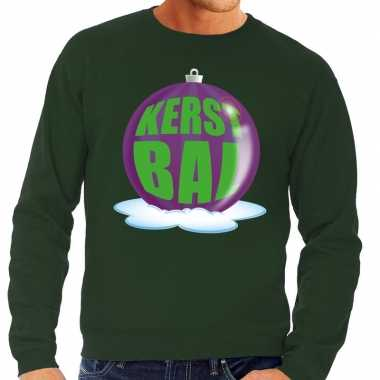 Foute kersttrui kerstbal paars op groene sweater voor man