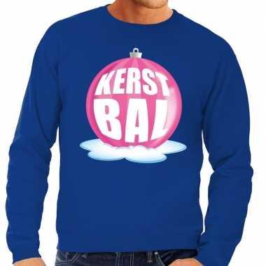Foute kersttrui kerstbal roze op blauwe sweater voor man