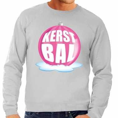 Foute kersttrui kerstbal roze op grijze sweater voor man