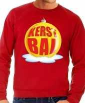 Foute kersttrui kerstbal geel op rode sweater voor man